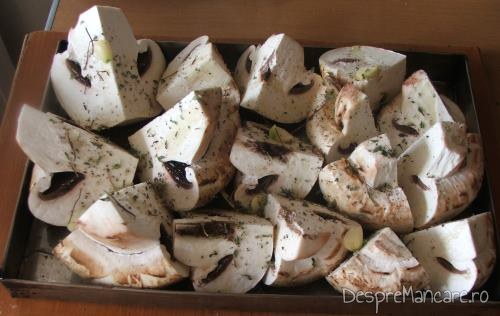 Ciuperci pregatite pentru a fi introduse in cuptorul aragazului pentru a se pregati garnitura pentru muschi de porc cu ciuperci si cartofi la tava.