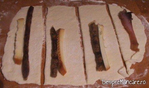 Fasii de aluat pe care se pun bucati de carnati afumati sau felii de cascaval pentru rulouri cu porcarele si cascaval afumat.