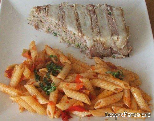 Terina din costita si carne afumata de porc, legume si carne de vitel, fierte servita cu garnitura din paste fainoase.