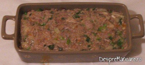 Terina din costita si carne afumata de porc, legume si carne de vitel, fierte, preparat gata pregatit pentru coacere.