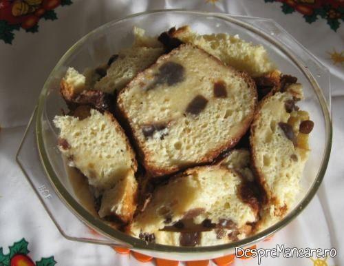 Felii de cozonac si fructe, imbibate cu amestec omogen de lapte, oua si miroase pentru tort din cozonac invechit, cu frisca..