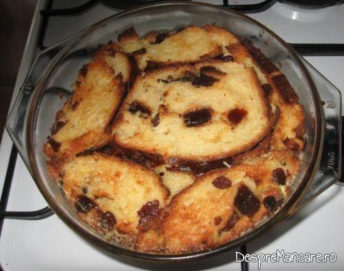 Tort din cozonac invechit, cu frisca, gata scos din cuptorul aragazului.