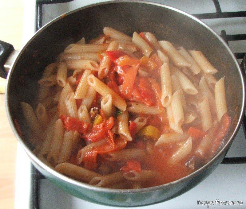 Paste fainoase adaugate in sosul de rosii pentru ficat de vitel la gratar cu paste fainoase.