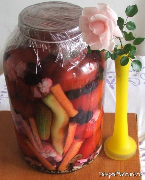 Gogosari umpluti cu conopida si struguri serviti la iepure cu legume in sos de vin.
