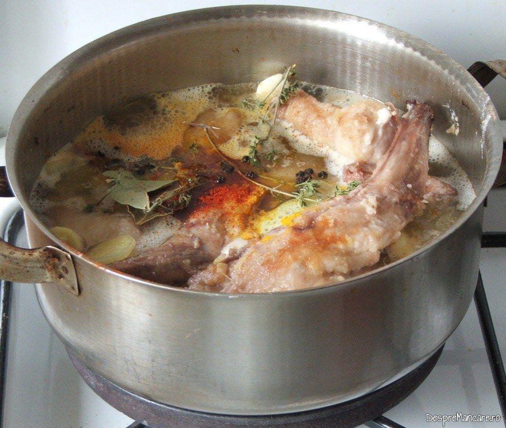 Legume si condimente adaugate in cratita cu carne si vin plus apa pentru iepure cu legume in sos de vin.