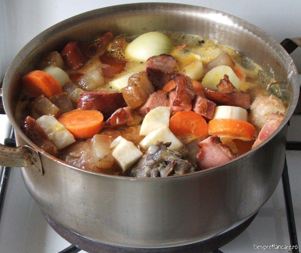 In cratita sunt adaugate toate ingredientele pentru iepure cu legume in sos de vin.