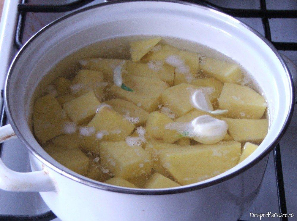 Fierbere cartofi pentru garnitura de piure la iepure cu legume in sos de vin.