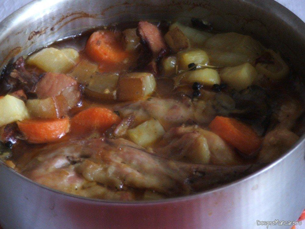 Iepure cu legume in sos de vin gata pregatit.