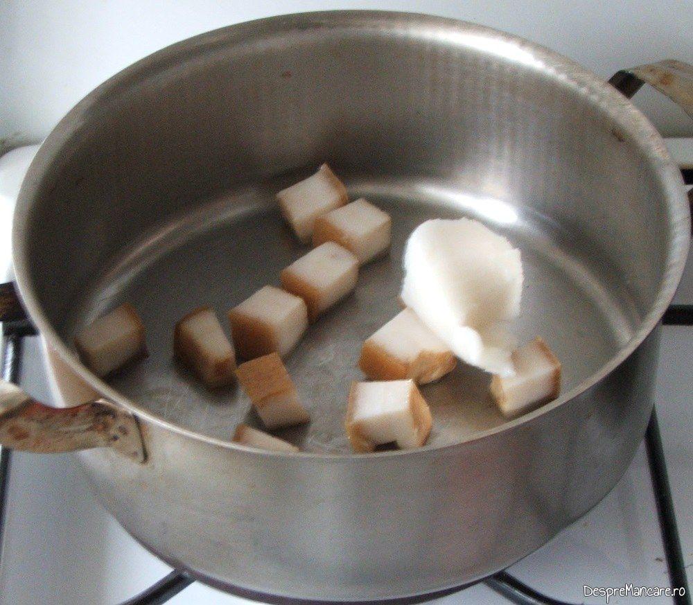 Prajire bucati de sunca afumata pentru iepure cu legume in sos de vin.