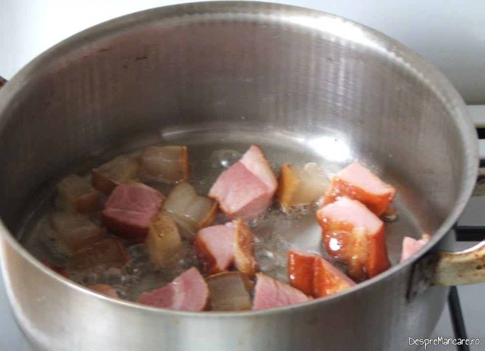 Sunca afumata si carne afumata care se prajesc in untura de porc pentru iepure cu legume in sos de vin.