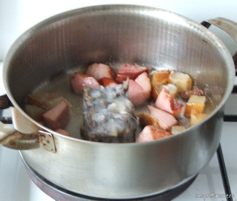 Sunca afumata, carne afumata si ciuperci care se calesc pentru iepure cu legume in sos de vin.