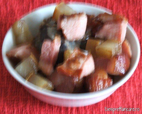 Sunca afumata, carne afumata si ciuperci, calite, scoase intr-un bol pentru iepure cu legume in sos de vin.