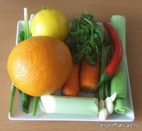Ingrediente pentru pastrav somonat cu legume si citrice in hartie de copt, la cuptor.