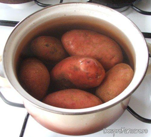 Cartofi pusi la fiert in apa rece cu sare grunjoasa pentru chiftelute din peste afumat si cartofi fierti, la cuptor.