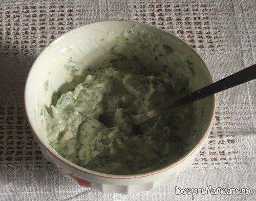 Mujdei de usturoi si iaurt gata pregatit pentru chiftelute din peste afumat si cartofi fierti, la cuptor.