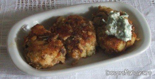 Chiftelute din peste afumat si cartofi fierti, la cuptor, servite cu mujdei de usturoi, marar si iaurt.