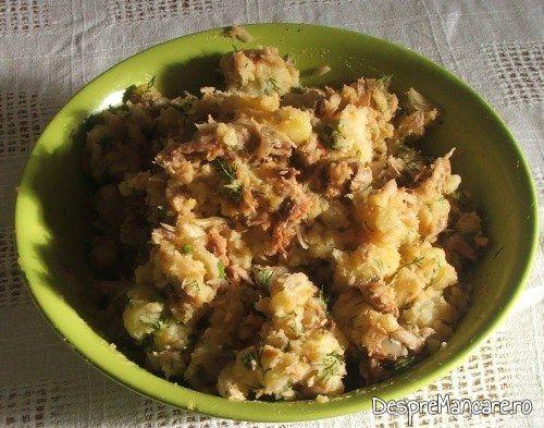 Amestecul pentru chiftelute din peste afumat si cartofi fierti este pregatit pentru coacere.