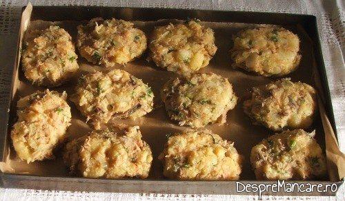 Chiftelute din peste afumat si cartofi fierti, la cuptor, pregatite pentru a fi introduse in cuptorul aragazului