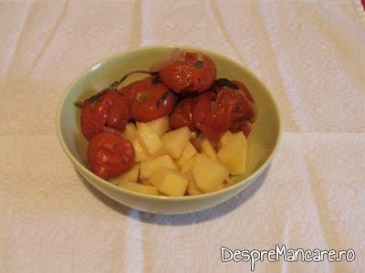 Rosii si cartofi pentru ciorba din scarita de porc afumata.