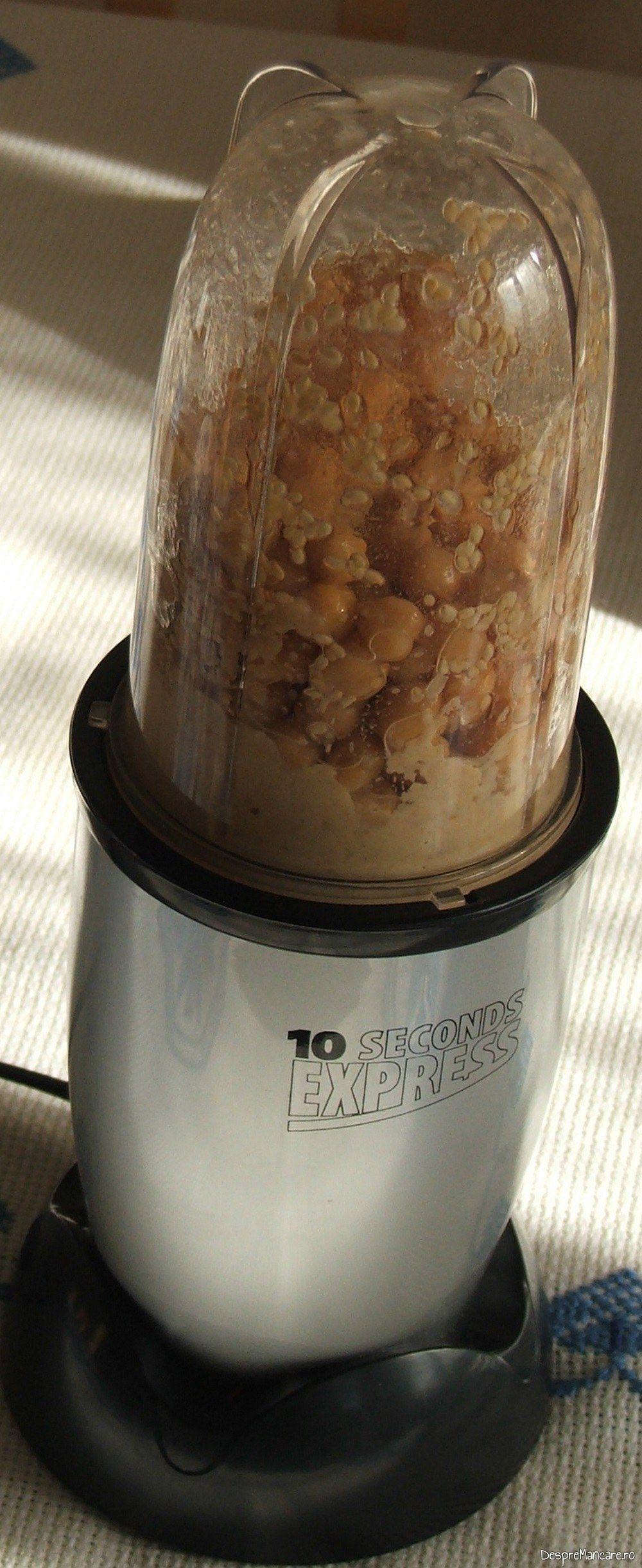 Pregatire humus in blender pentru garnitura la ficatei de gasca cu humus.