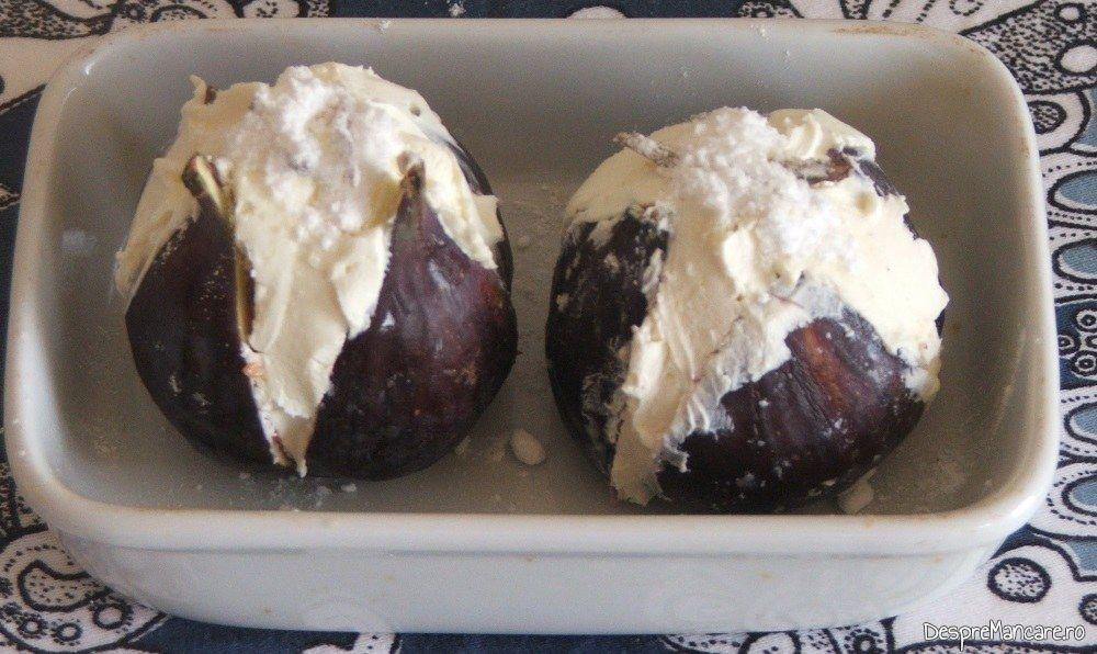 Smochine taiate in 4, umplute cu mascarpone si pudrate cu zahar vanilat si miere de albine pentru smochime cu mascarpone.