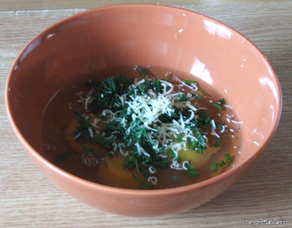 Oua de gaina, marar verde tocat marunt si cascaval afumat, dat pe razatoarea mare, ingrediente pentru omleta cu ficat de gasca.