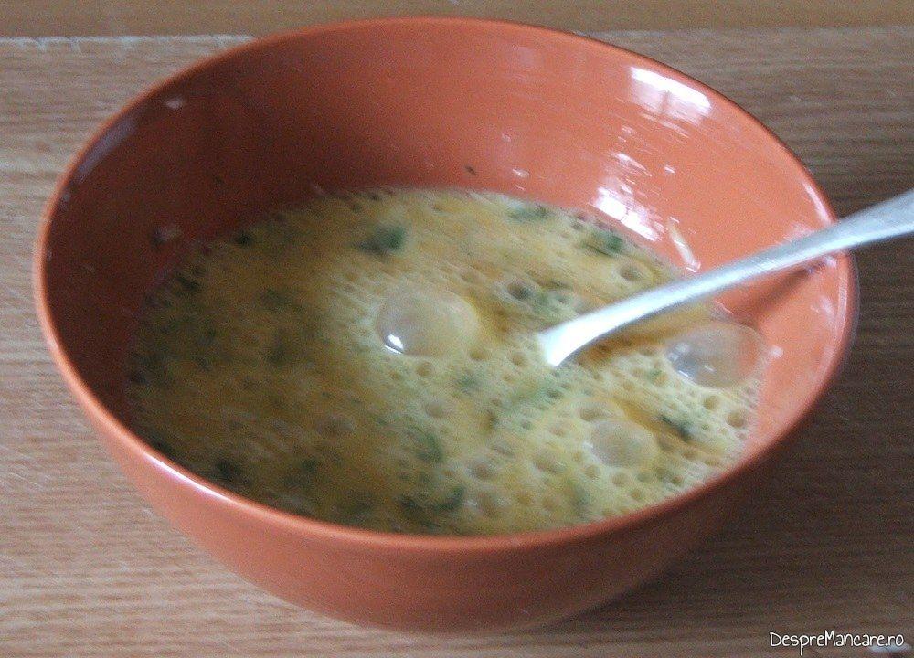 Oua batute impreuna cu marar verde si cascaval afumat pentru omleta cu ficat de gasca.