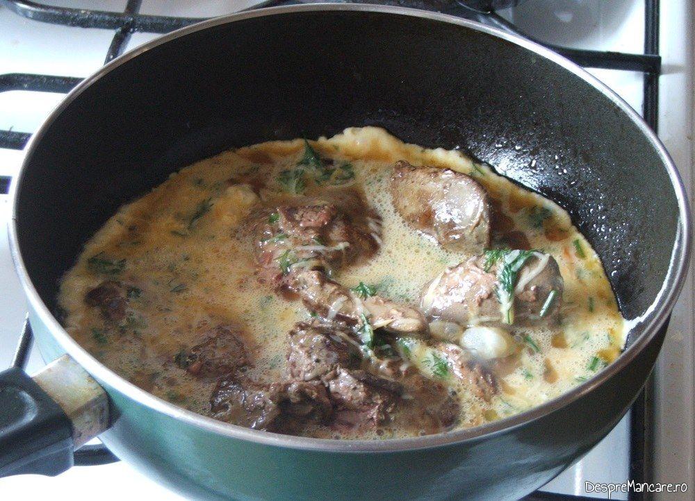 Oua batute adaugate peste ficatul de gasca, prajit pentru omleta cu ficat de gasca.