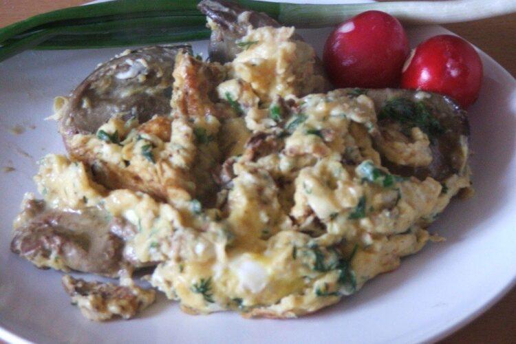 Omleta cu ficat de gasca este gata pentru servit la micul dejun.