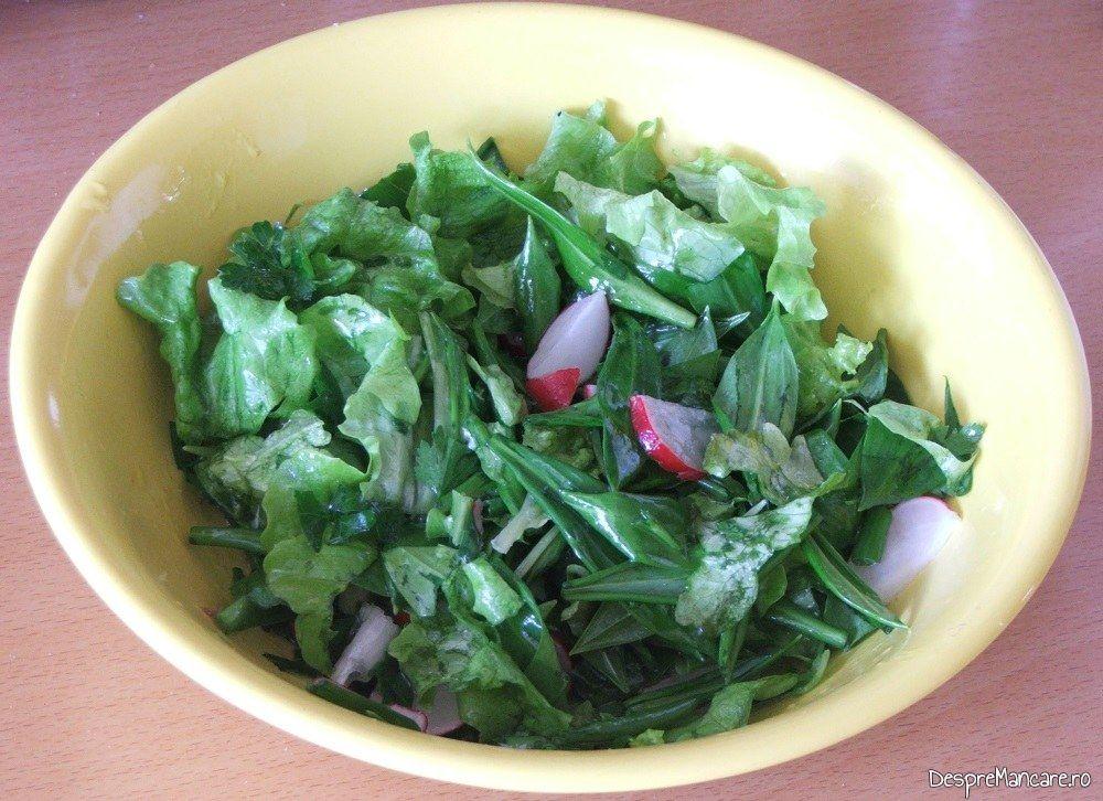Salata de leurda, salta verde, ridichi de luna si ceapa verde pentru omleta cu ficat de gasca.
