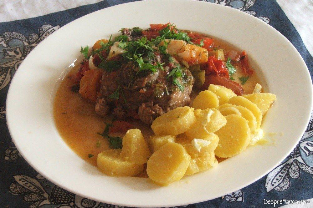 Tocana din coada de vita servita cu cartofi gratinati.