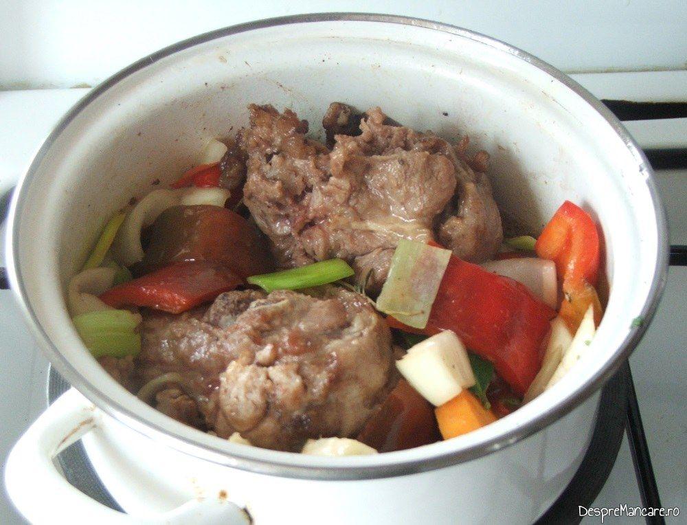 Calirea legumelor impreuna cu bucatile din coada de vita pentru tocana din coada de vita.