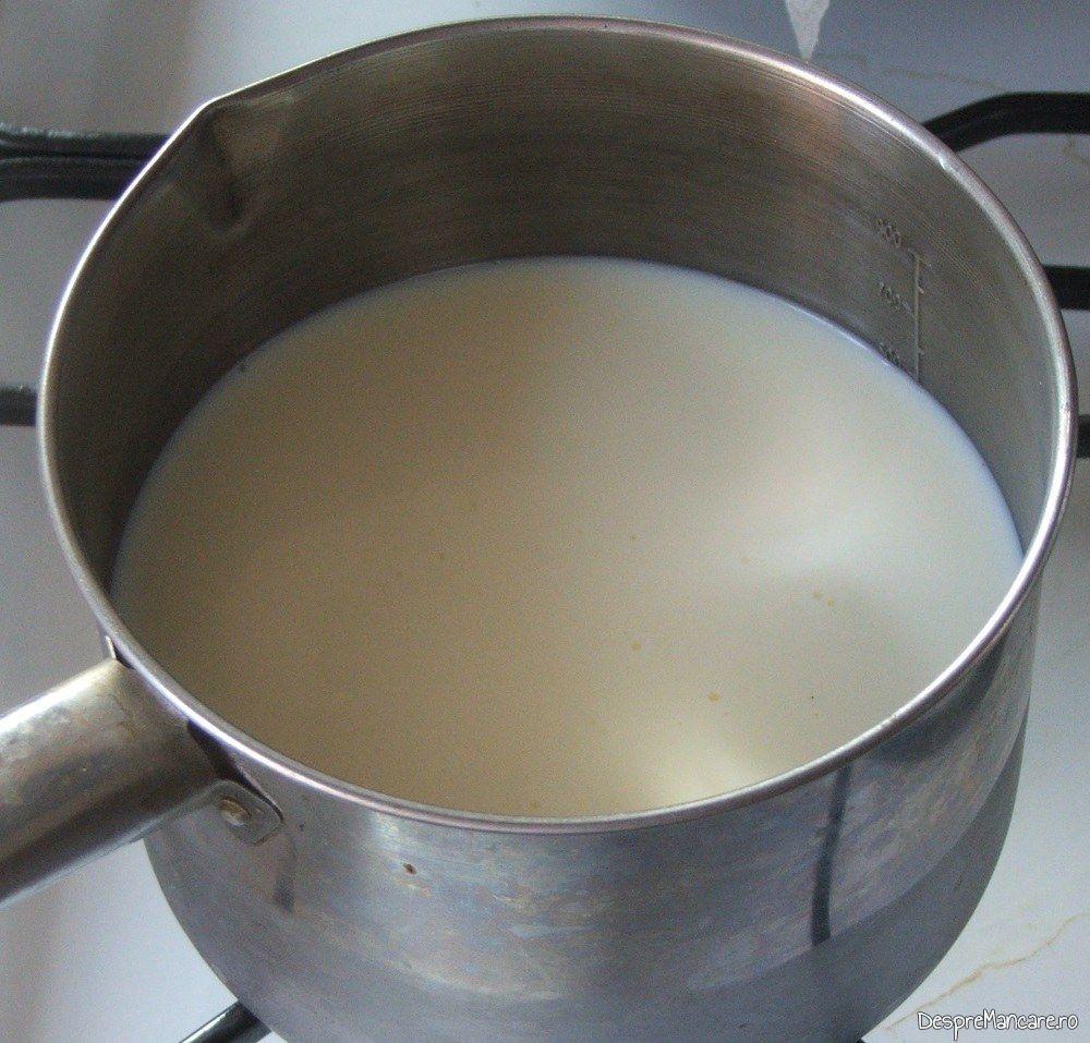 Incalzire lapte dulce si smantana pentru pene cu branza, smantana si cascaval, la cuptor.
