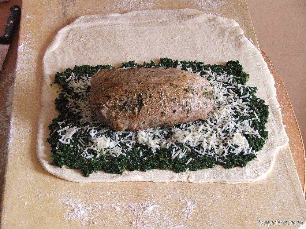 Foaia de placinta si umplutura placintei pregatite pentru a fi rulate pentru placinta cu urzici si muschiulet de porc.