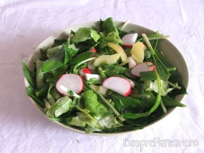 Salata de leurda cu ridichi de luna servita la cotlet de miel cu cartofi, la cuptor.