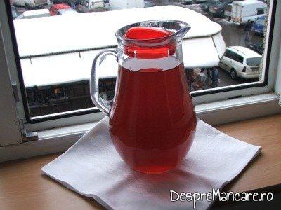 Vinul casei rosu, din struguri servit la pulpa de miel la cuptor cu varza murata calita si salata de ridichi negre.