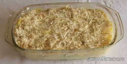 Preparatul pentru cartofi noi, gratinati, este pregatit pentru a fi introdus in cuptorul incins al aragazului.