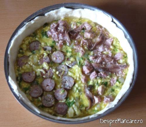 Placinta cu ton din conserva, carnat afumat si branza dulce pregatita pentru  coacere.