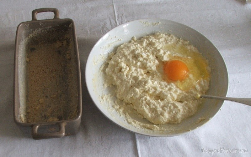 Ingrediente pentru budinca cu branza, praz si carnati picanti.
