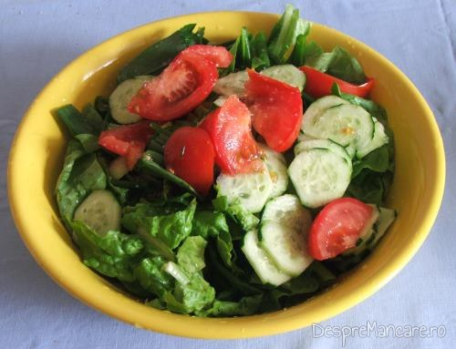 Salata de sezon servita la cartofi noi si ciuperci umplute, la cuptor.