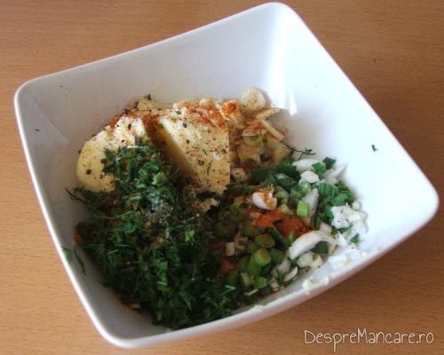 Ingrediente pentru umplutara ciupercilor pentru cartofi si ciuperci umplute, la cuptor.