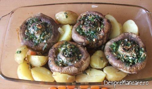 Pregatire preparat de cartofi noi si ciuperci umplute, la cuptor pentru coacere.