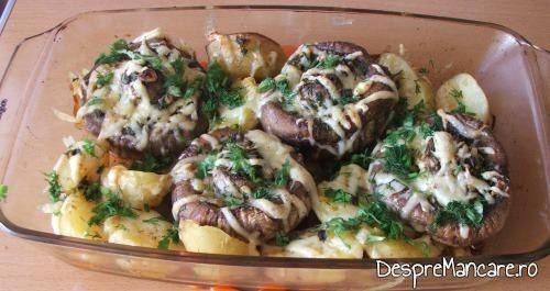 Cartofi noi si ciuperci umplute, la cuptor -preparatul este gata pregatit.