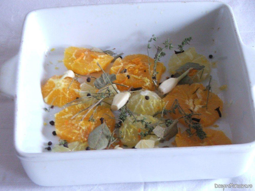 Vasul de copt rata in care se pun felii de portocala si de lamaie, coaja de lamaie si de portocala, catei de usturoi, cimbru, boabe de piper, foi de dafin.