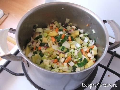 Ingrediente pentru supa crema de legume si ciuperci care se calesc intr-un amestec de unt si ulei de masline.