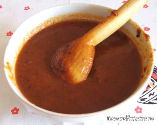 Suc de rosii diluat cu apa calduta pentru supa crema de legume si ciuperci.