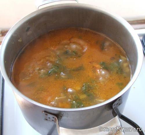 In supa crema de legume si ciuperci, aflata in fierbere se adauga sucul de rosii diluat.
