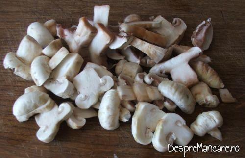 Ciuperci proaspete, feliate, pentru supa crema de legume si ciuperci.