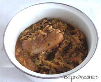 Varza noua cu pecie de porc, fiarta - preparatul este gata.