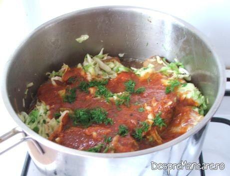 Suc de rosii adaugat peste varza si carne pentru varza noua cu pecie de porc, fiarta.